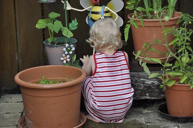 Niña jugando en la terraza