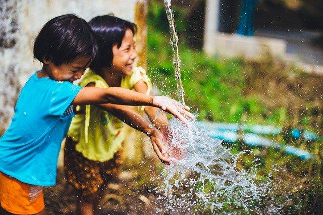 Niños jugando con agua