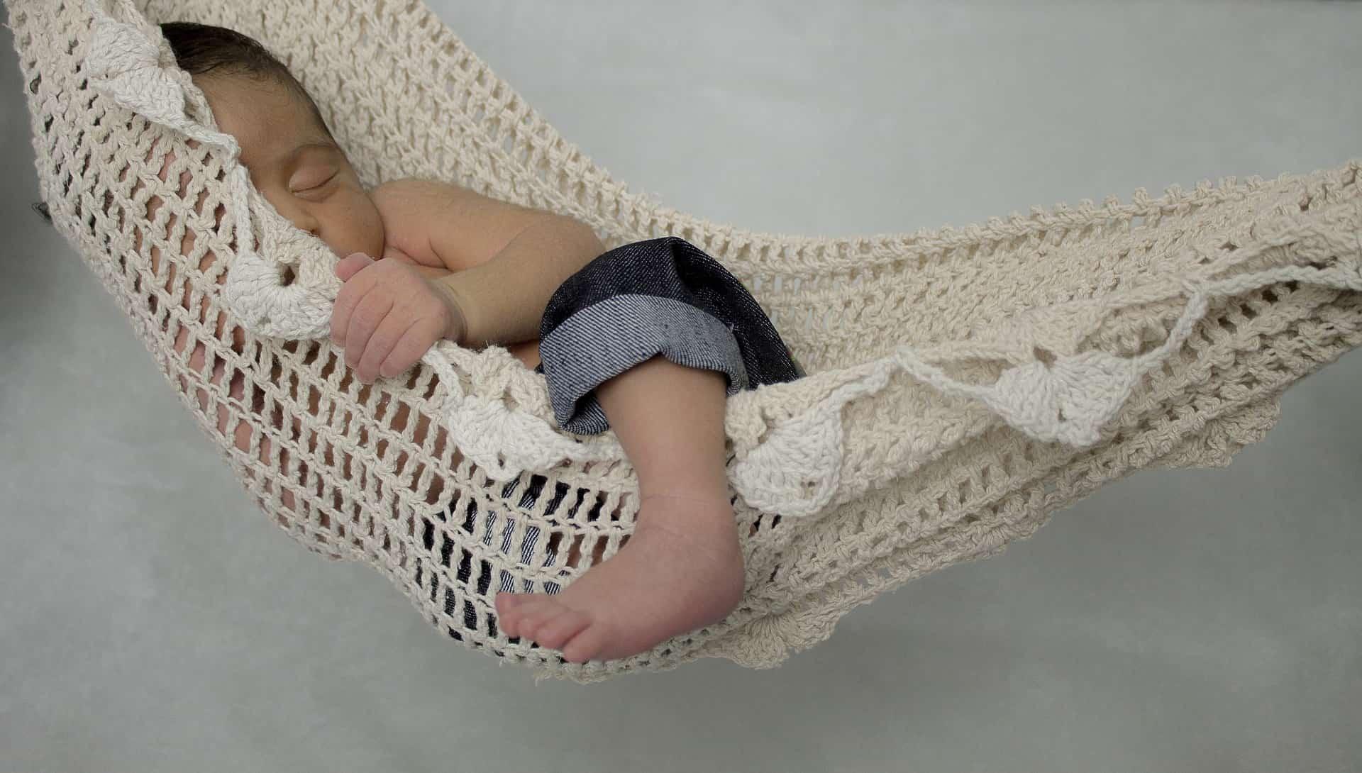 Bebé durmiendo en hamaca