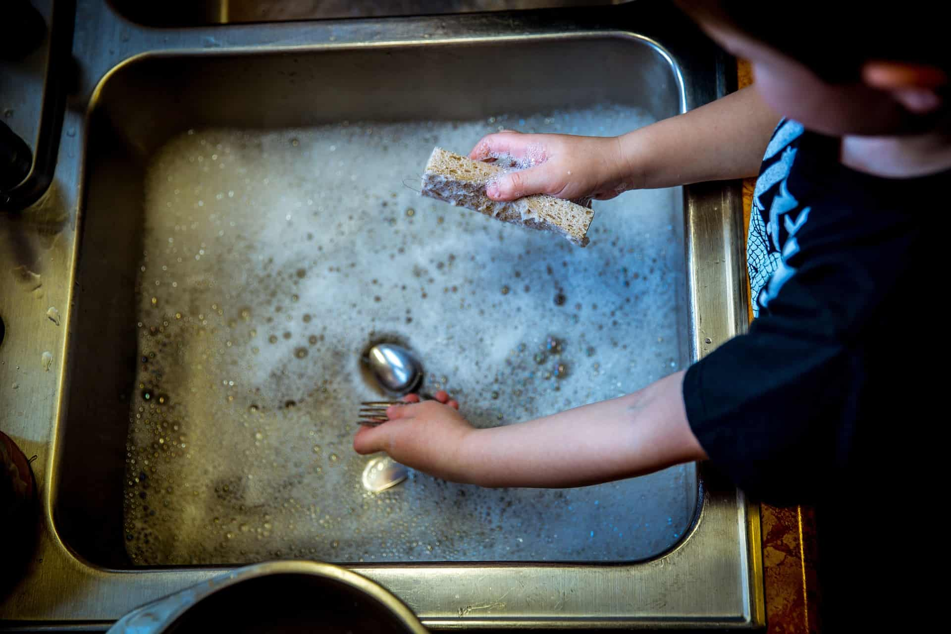 Niño lavando los platos