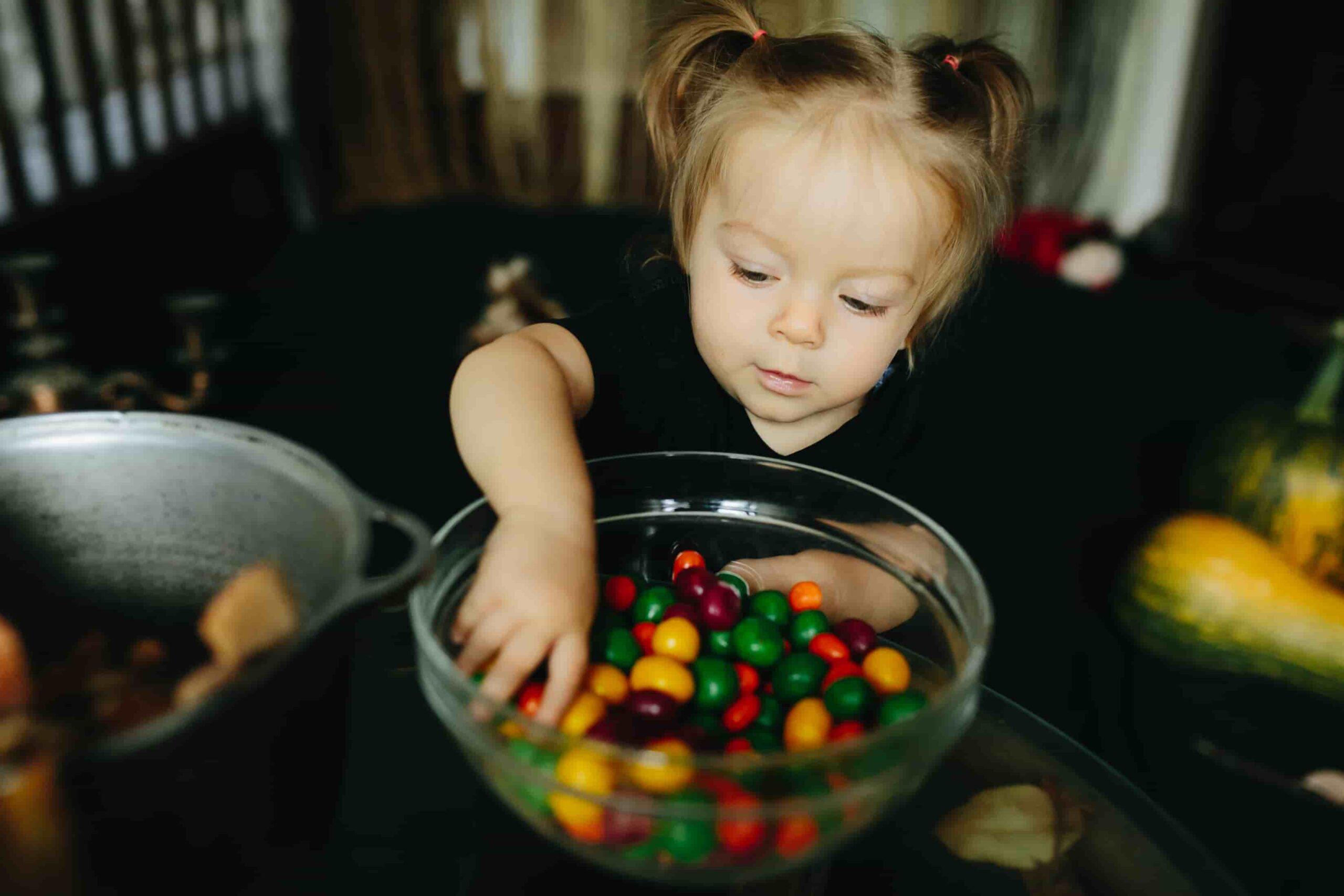 Niña jugando con un bol