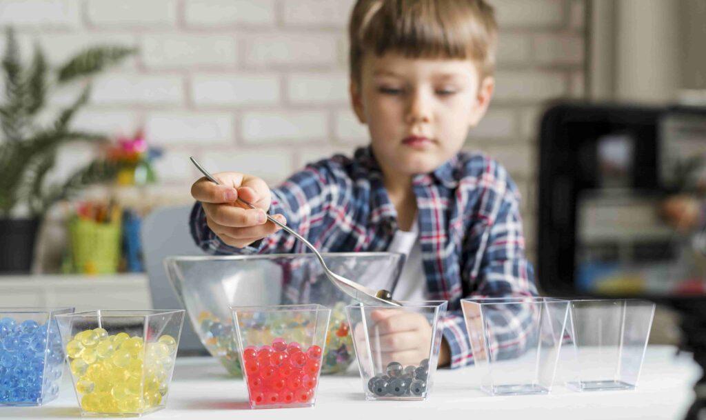 Niño jugando con bolas de hidrogel